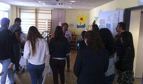 Los alumnos de Auxiliar de Enfermería conocen en Cruz Roja la importancia del cuidado a los mayores